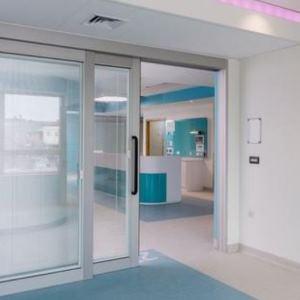 Linearführungen in Türen in einem Kinderkrankenhaus