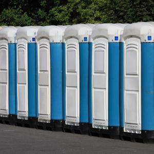 Montage von Seitenverkleidung in mobilen Toiletten