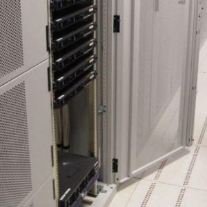 Scharniere innenliegend in Serverschrank