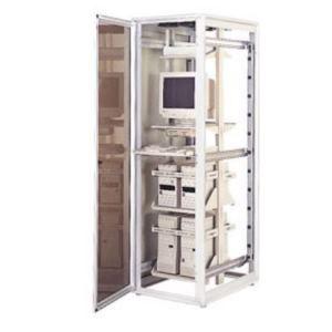 Aushängbare, freidrehende Scharniere (KH) in einem Serverschrank